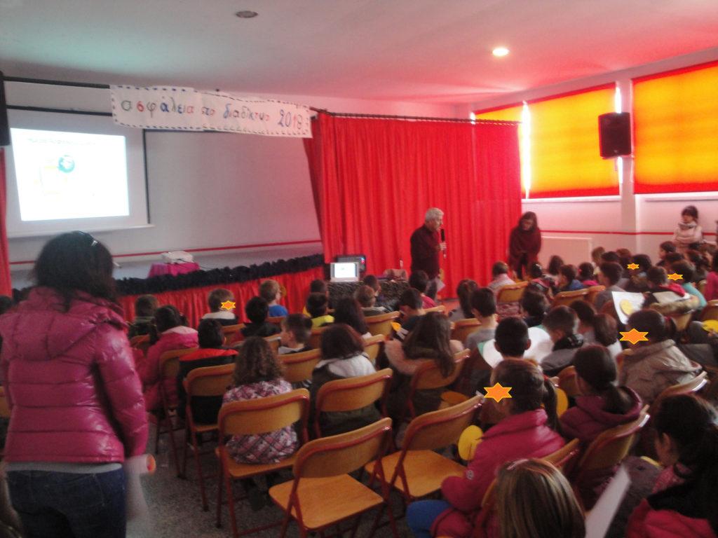 ο Δ/ντής του σχολείου κ. Γκένιος Ανδρέας καλωσόρισε όλη τη σχολική κοινότητα στην εκδήλωση